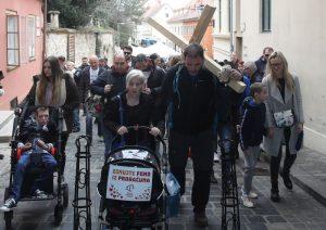 Čovjek s križem stigao na Markov trg, u tijeku sastanak s Plenkovićem