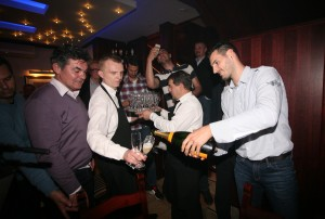 FOTO: Cibosi slavili u konobi Burin, Bandić im donio vino!