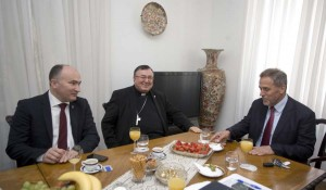 Kardinal  Vinko Puljić uručio je odljev spomenika sv. Ivana Pavla II gradonačelniku Bandiću