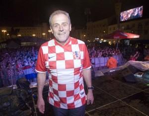 FOTO: Trg bana Jelačića unatoč kiši bio ispunjen hrvatskim navijačima