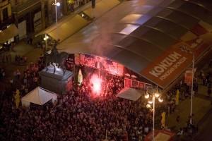FOTO: Trg bana Jelačića bakljadom proslavio pobjedu Hrvatske