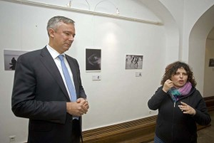 """Darinko Kosor razgledao izložbu umjetničke fotografije gluhih """"Moja tiha svakodnevnica"""""""