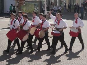 Kravat pukovnija predstavlja svoj orkestar bubnjara!
