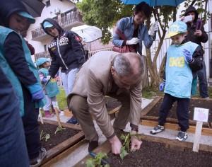 FOTO: Milan Bandić pomogao klincima  u vrtiću Petar Pan saditi povrće