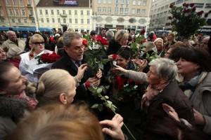 FOTO: Bandić, Kosor i Bernardić darivali Zagrepčankama ruže