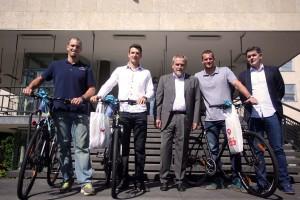 Milan Bandić predao bicikle za zlatne veslače