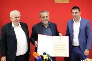 Milan Bandić dobio Zlatni grb Općine Gunja