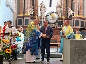 Željezanski biskup uručio gradonačelniku Bandiću najviše biskupijsko priznanje