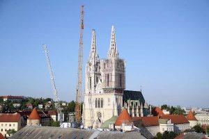 Kontroliranom eksplozijom skinut dio sjevernoga tornja Zagrebačke katedrale
